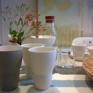 Küche und gedeckter Tisch